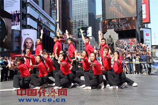 中国功夫亮相纽约时代广场 太极拳表演吸引八方游客