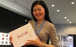 参会嘉宾对中国经济网赠送的十周年纪念邮折爱不释手.jpg