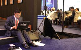 经济日报国际部记者顾金俊在丝绸之路经济带财经智库研讨会上写稿.jpg