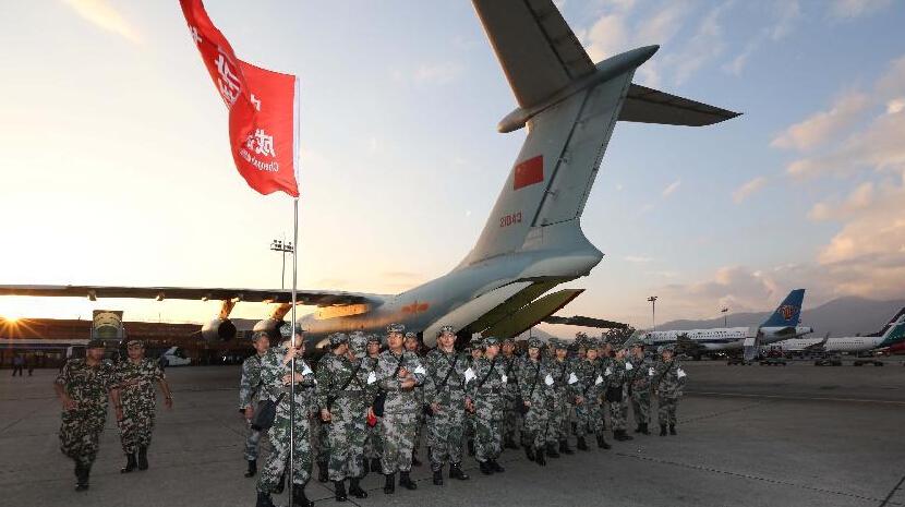 中国空军首架救援飞机飞抵尼泊尔地震灾区