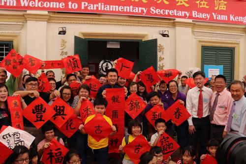 新加坡民众泼墨挥春迎鸡年.jpg