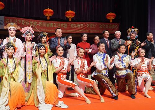 演出结束后,观众仍不愿离去,对演出成功表示热烈祝贺.JPG