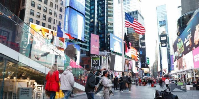 当地时间2月24日,美国纽约时报广场的美国国旗降下半旗。2月22日,美国总统拜登发布公告,下令美国境内外所有联邦建筑和军事设施降半旗,为期5天,以悼念新冠逝者。 中新社记者 廖攀 摄_副本.jpg