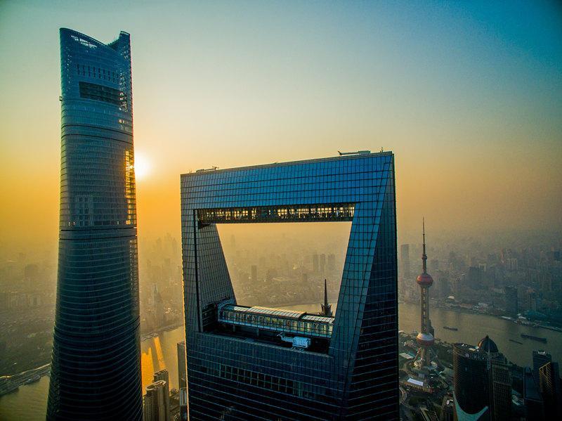 航拍陆家嘴金融城地标——上海中心、上海环球金融中心、金茂大厦、东方明珠(2015年10日11日摄)。新华社发(程旭刚 摄)