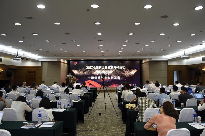 """6月23日,以""""新金融 新需求 新定位 新管控""""为主题的2017中国新金融发展高峰论坛在北京举行。与会嘉宾围绕""""新金融如何更好助力实体经济""""""""金融科技如何与传统金融融合发展""""等议题展开探讨。新华社记者 鲁鹏 摄"""