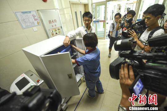 广州医院用机器人配送医疗物资降低交叉感染可能性