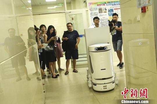 机器人一次性可以承载300公斤物资 陈骥旻 摄