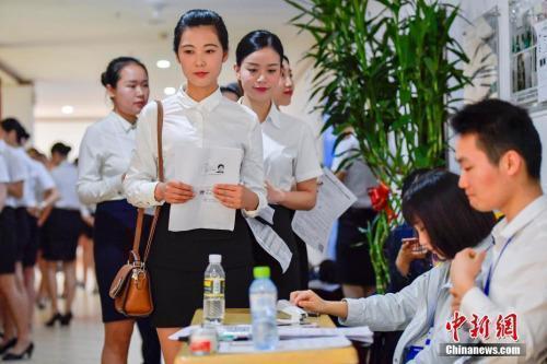 资料图:正在参加校园招聘的大学生。中新社记者 骆云飞 摄
