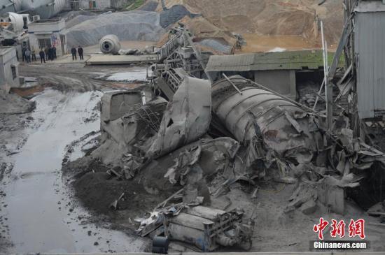 资料图:湖南一家混凝土公司水泥罐体发生坍塌事故。 <a target='_blank' href='http://www.chinanews.com/' _fcksavedurl='http://www.chinanews.com/'></table>中新社</a>记者 杨华峰 摄