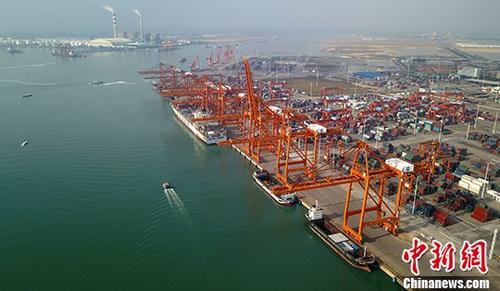 12月20日,据广西钦州市统计局消息,2017年1至11月,钦州港累计完成港口货物吞吐量7547万吨,同比增长19%;其中外贸完成3128.6万吨,同比增长9.5%;内贸完成4418.4万吨,同比增长26.8%;集装箱完成159.9万标箱,同比增长30.6%,其中外贸完成37.5万标箱,同比增长43.1%。图为广西钦州保税港区码头。(资料图片) <a target='_blank' href='http://www.chinanews.com/' _fcksavedurl='http://www.chinanews.com/'></p></table>中新社</a><p>  记者 俞靖 摄