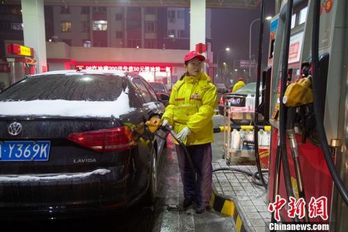 12月14日,山西太原,加油站工作人员给车辆加油。<a target='_blank' href='http://www.chinanews.com/' _fcksavedurl='http://www.chinanews.com/'></table>中新社</a>记者 张云 摄