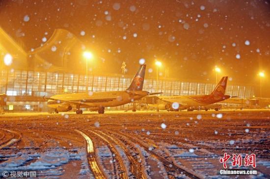 1月4日,江苏常州持续暴雪,当地气象台发布暴雪黄色预警。常州机场的除雪除冰机昼夜为飞机和跑道进行除雪除冰,保障飞行安全。陈暐 摄 图片来源:视觉中国