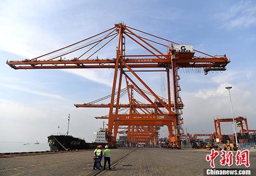 12月20日,据广西钦州市统计局消息,2017年1至11月,钦州港累计完成港口货物吞吐量7547万吨,同比增长19%;其中外贸完成3128.6万吨,同比增长9.5%;内贸完成4418.4万吨,同比增长26.8%;集装箱完成159.9万标箱,同比增长30.6%,其中外贸完成37.5万标箱,同比增长43.1%。图为广西钦州保税港区泊位。(资料图片) <a target='_blank' href='http://www.chinanews.com/' _fcksavedurl='http://www.chinanews.com/'>中新社</a>记者 俞靖 摄