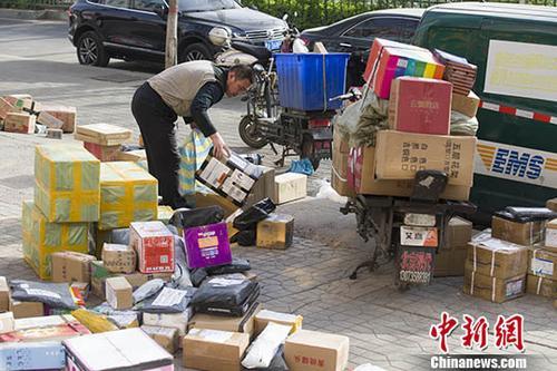 4月7日,中国物流与采购联合会披露,3月份中国快递物流指数为105.1%,比上月回升7个百分点,时隔两个月再次回升到100%以上。图为4月2日山西太原,物流快递工作人员正在分拣快递。 <a target='_blank' href='http://www.chinanews.com/' _fcksavedurl='http://www.chinanews.com/'>中新社</a>记者 张云 摄