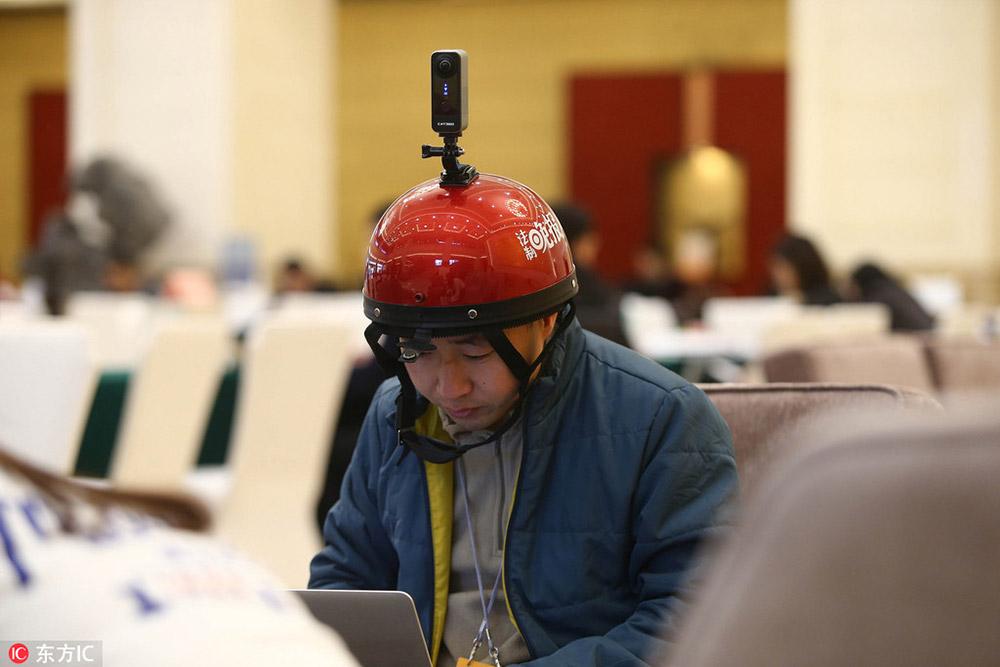 2017年两会:赶稿不耽误拍摄 记者头戴全景影像设备吸睛
