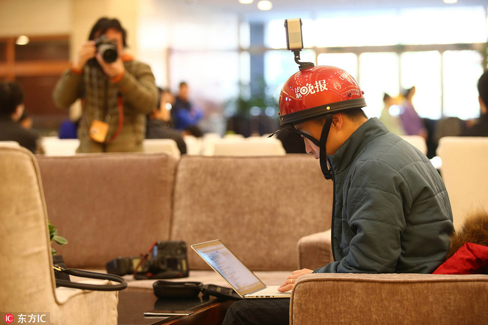 2017年两会:赶稿不耽误拍摄 记者头戴全景影像设备吸睛 【3】