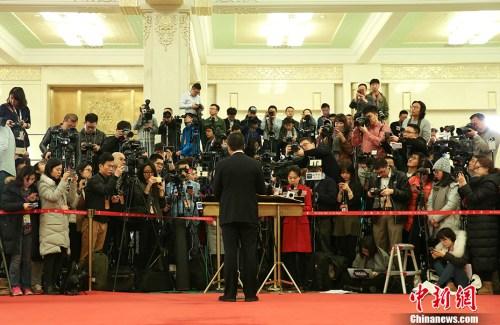 """3月12日,十二届全国人大五次会议在北京人民大会堂举行第三次全体会议,""""部长通道""""受到众多记者关注。 <a target='_blank' href='http://www.chinanews.com/' _fcksavedurl='http://www.chinanews.com/'></table>中新社</a>记者 赵隽 摄"""