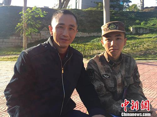 李立昊和他的父亲李有志。 王佳昕 摄