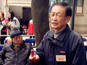 85岁老党员用小黑板描绘大世界