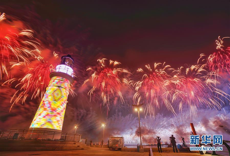 (上合青岛峰会·XHDW)(3)灯光焰火艺术表演在青岛举行