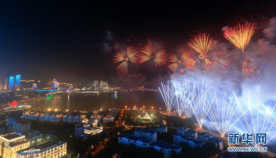 (上合青岛峰会·XHDW)(5)灯光焰火艺术表演在青岛举行
