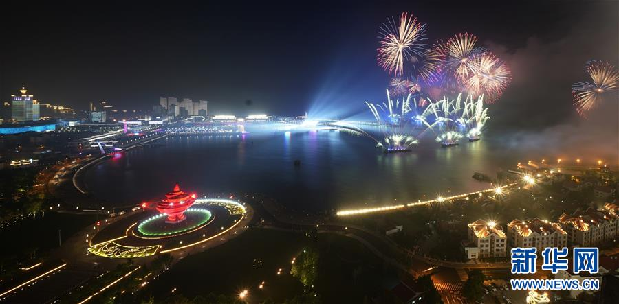 (上合青岛峰会·XHDW)(6)灯光焰火艺术表演在青岛举行