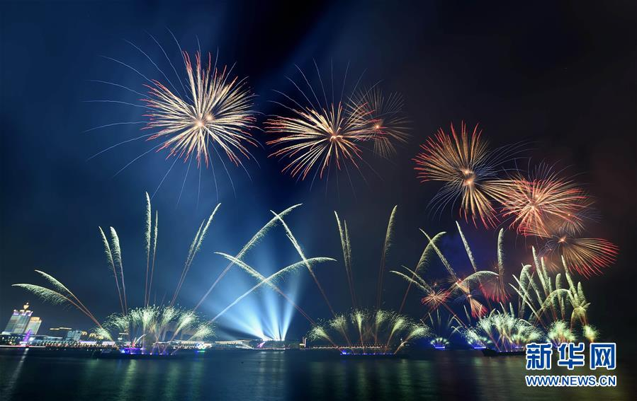 (上合青岛峰会·XHDW)(8)灯光焰火艺术表演在青岛举行
