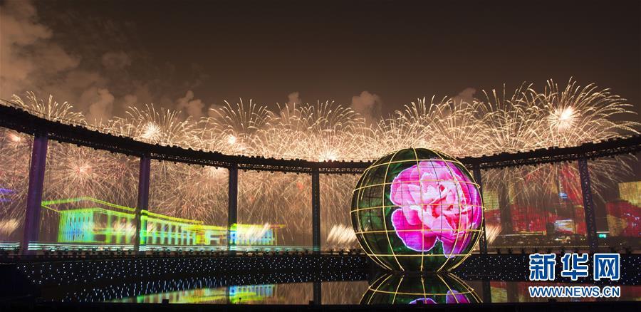 (上合青岛峰会·XHDW)(9)灯光焰火艺术表演在青岛举行