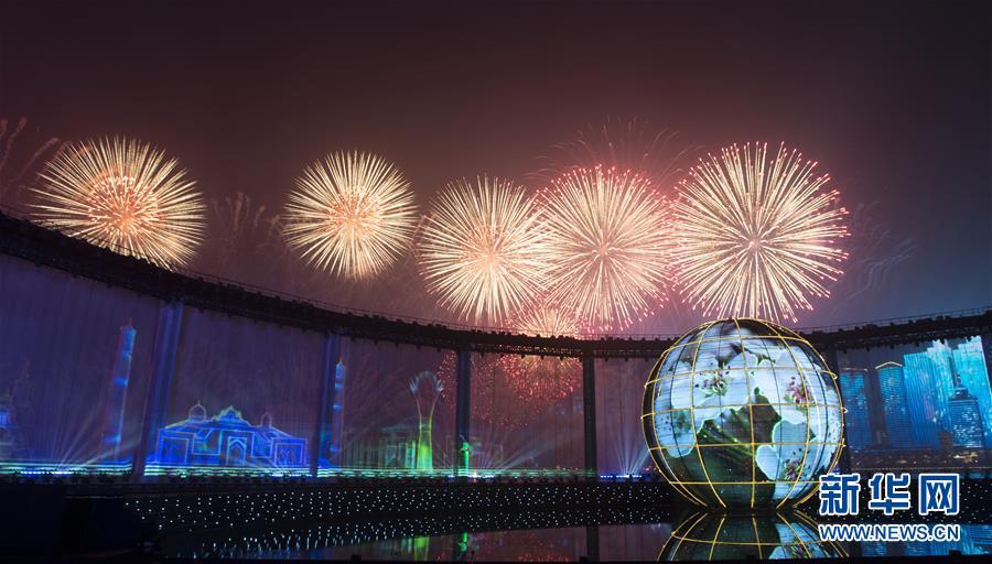(上合青岛峰会·XHDW)(11)灯光焰火艺术表演在青岛举行