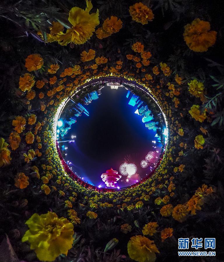 (上合青岛峰会·XHDW)(12)灯光焰火艺术表演在青岛举行