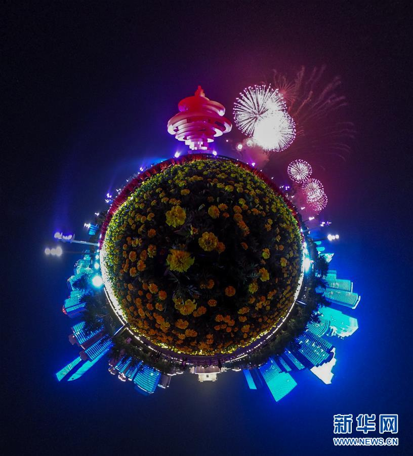 (上合青岛峰会·XHDW)(14)灯光焰火艺术表演在青岛举行