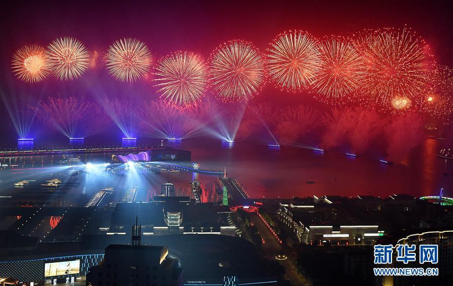 (上合青岛峰会·XHDW)(16)灯光焰火艺术表演在青岛举行