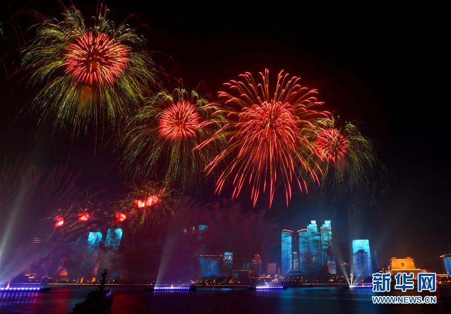 (上合青岛峰会·XHDW)(17)灯光焰火艺术表演在青岛举行