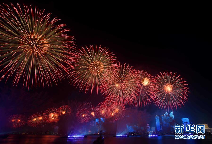 (上合青岛峰会·XHDW)(18)灯光焰火艺术表演在青岛举行