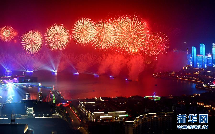 (上合青岛峰会·XHDW)(19)灯光焰火艺术表演在青岛举行