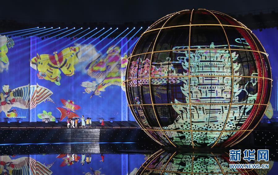(上合青岛峰会·XHDW)(20)灯光焰火艺术表演在青岛举行