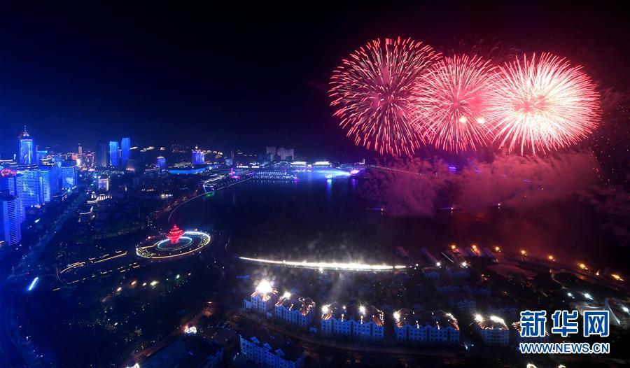 (上合青岛峰会·XHDW)(21)灯光焰火艺术表演在青岛举行