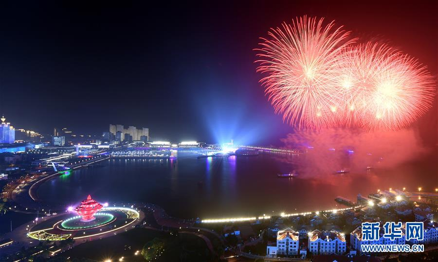 (上合青岛峰会·XHDW)(22)灯光焰火艺术表演在青岛举行
