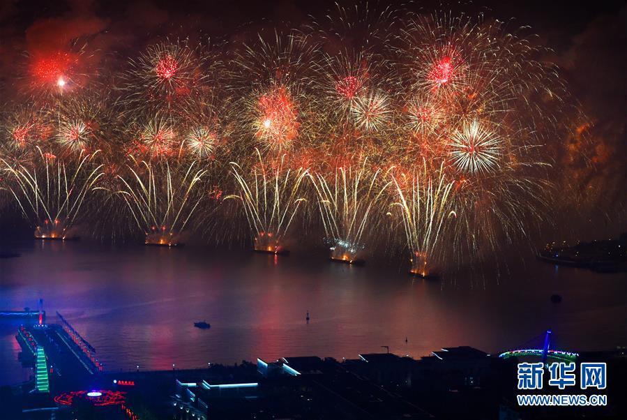 (上合青岛峰会·XHDW)(25)灯光焰火艺术表演在青岛举行