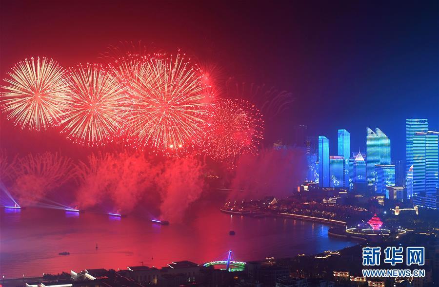 (上合青岛峰会·XHDW)(29)灯光焰火艺术表演在青岛举行