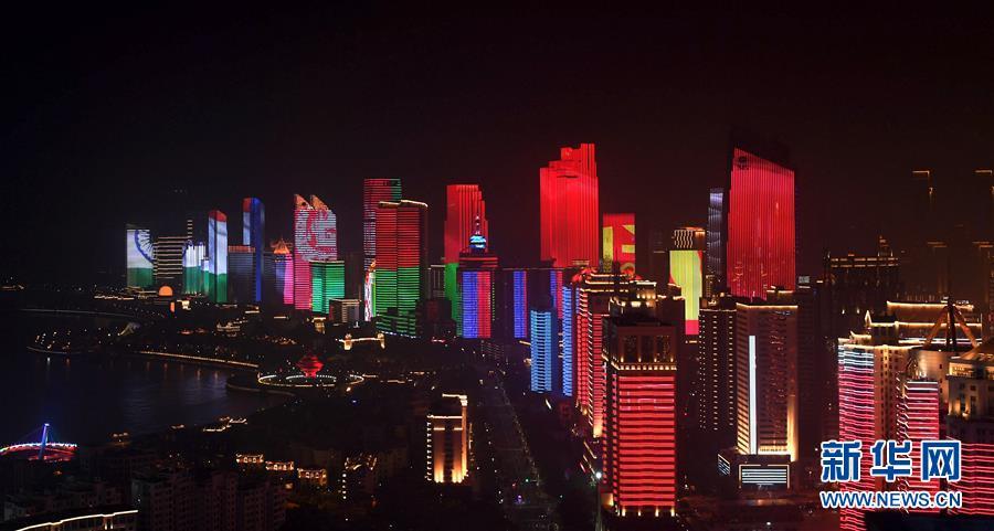 (上合青岛峰会·XHDW)(28)灯光焰火艺术表演在青岛举行
