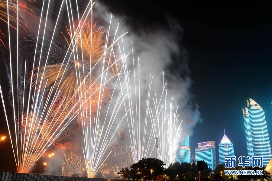 (上合青岛峰会)(17)灯光焰火艺术表演在青岛举行