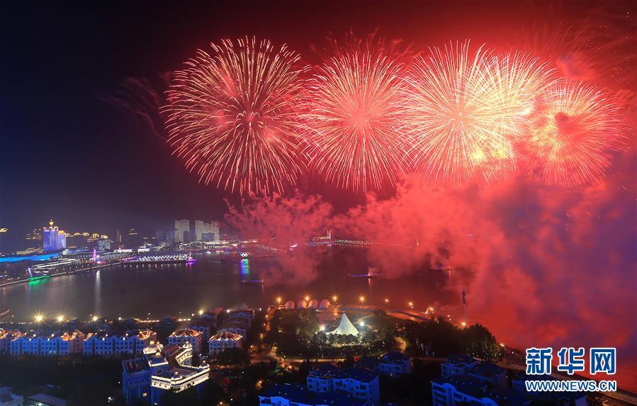 (上合青岛峰会·XHDW)(31)灯光焰火艺术表演在青岛举行