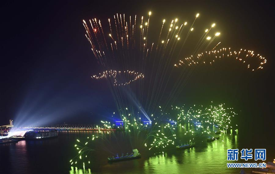 (上合青岛峰会·XHDW)(32)灯光焰火艺术表演在青岛举行