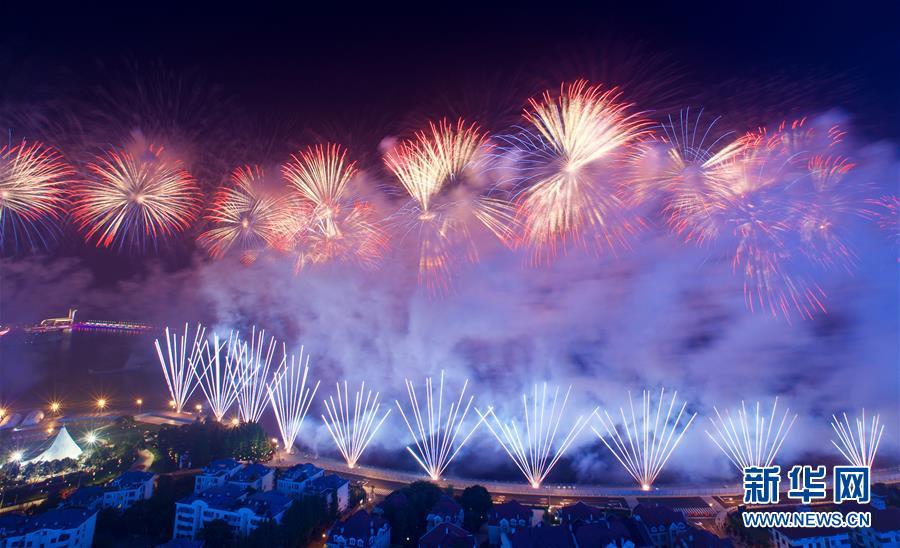 (上合青岛峰会·XHDW)(35)灯光焰火艺术表演在青岛举行