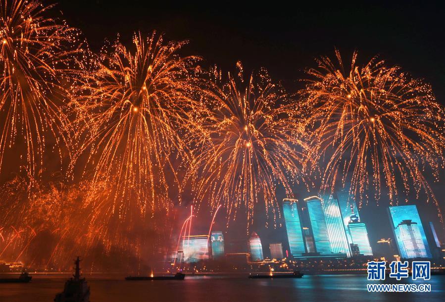 (上合青岛峰会·XHDW)(37)灯光焰火艺术表演在青岛举行