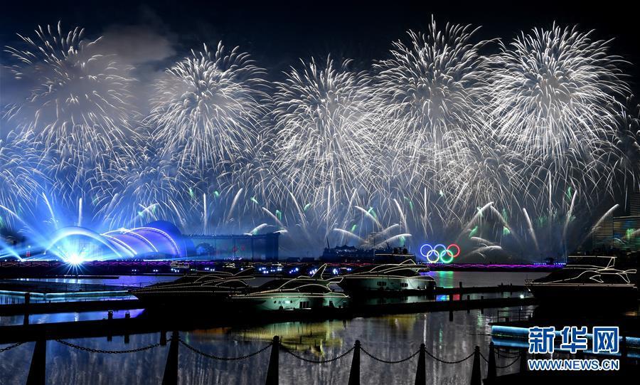(上合青岛峰会·XHDW)(39)灯光焰火艺术表演在青岛举行