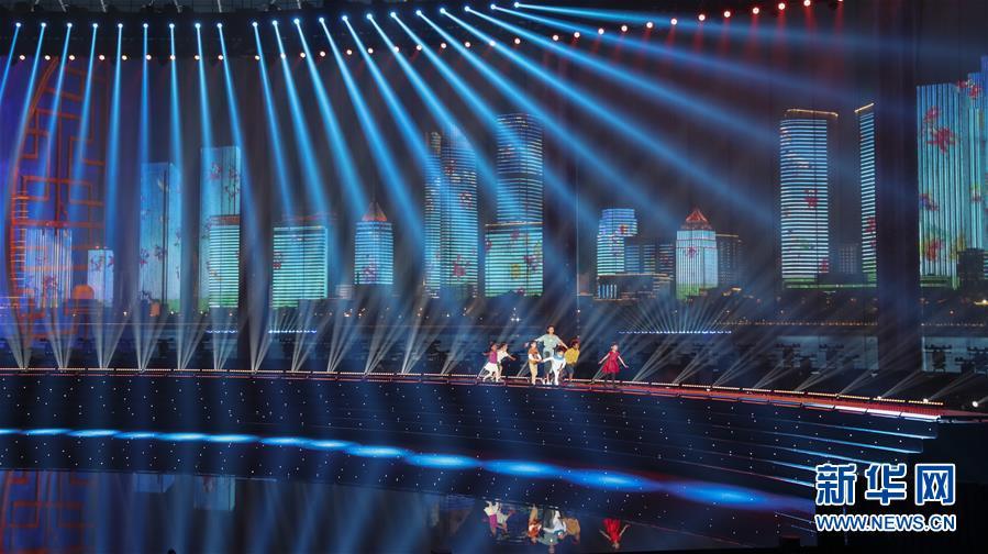 (上合青岛峰会·XHDW)(41)灯光焰火艺术表演在青岛举行