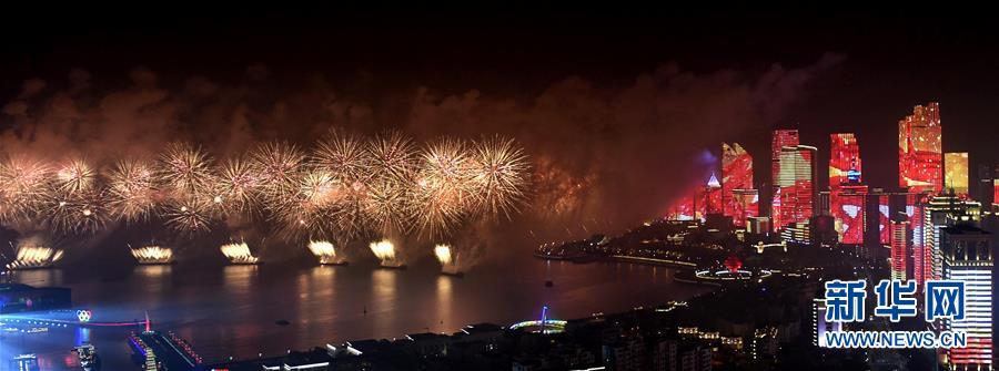 (上合青岛峰会·XHDW)(42)灯光焰火艺术表演在青岛举行