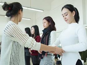 美女大学生礼仪培训 备战第二届世界互联网大会